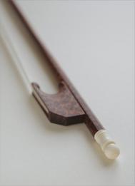 @copy; Nina Strugalla - Cellobogen mit Schraubfrosch (um 1770) # Schlangenholz, Beinchen aus Mammut | 741mm | 74-78g