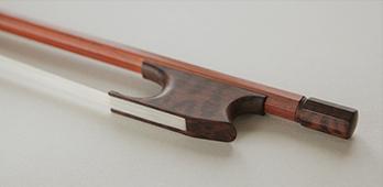 @copy; Nina Strugalla - Violinbogen nach E. Dodd (um 1780) # Pernambuco, Frosch und Beinchen aus Schlangenholz | 724mm | 51-53g
