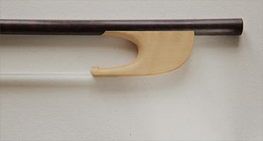 @copy; Nina Strugalla - Violinbogen mit Steckfrosch (um 1650) # Schlangenholz mit Buchsbaumfrosch | auch mit Schlangenholzfrosch erhältlich | 617mm | 33-37g